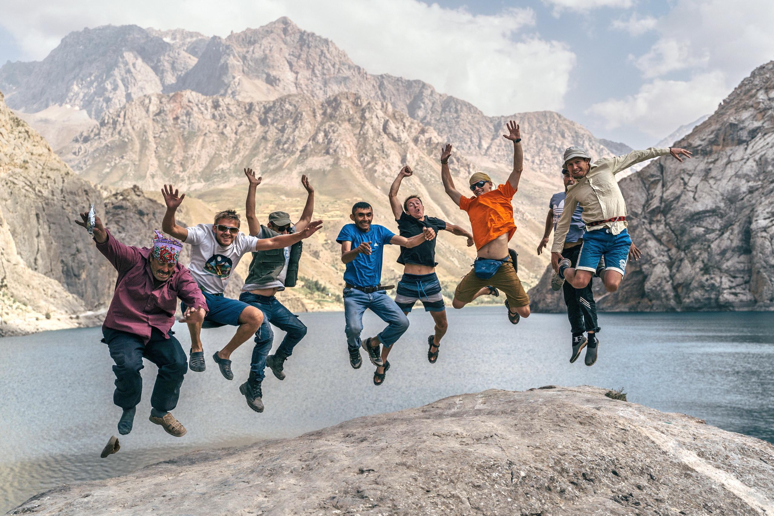 счастливые туристы в горах
